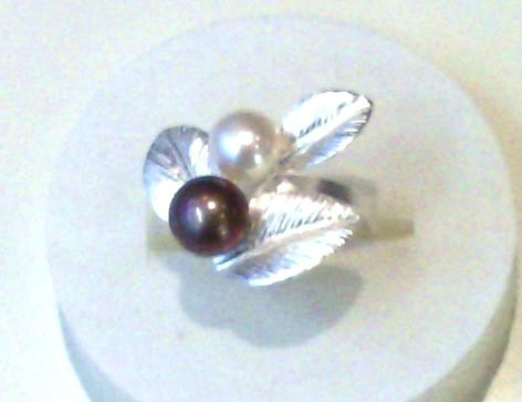 Leaf Ring in Silver with Grey Pearl and White Pearl